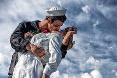 Marin et infirmière tout en embrassant la statue San Diego Photos libres de droits