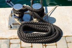 Marin- förtöja kabel på pir fotografering för bildbyråer