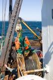 Marin- fiske 1 Trålaren drar snurrevaad från vattnet av Stilla havet Royaltyfri Fotografi