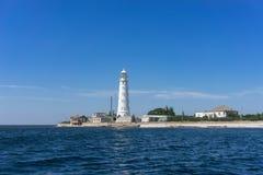 Marin- landskap med sikter av udden Tarhankut och den vita fyren mot himlen royaltyfria foton