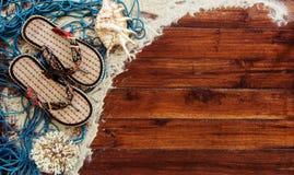Marin- objekt på träbakgrund Havet anmärker - snäckskal, koraller på träplankor strandlivstid fortfarande Arkivfoton