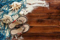 Marin- objekt på träbakgrund Havet anmärker - snäckskal, koraller på träplankor strandlivstid fortfarande Royaltyfri Fotografi
