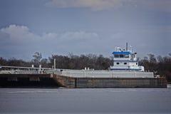 Marin- pushfartyg eller bogserbåtfartyg i floden med pråm Royaltyfria Foton