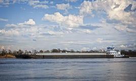 Marin- pushfartyg eller bogserbåtfartyg i floden med pråm Arkivbilder