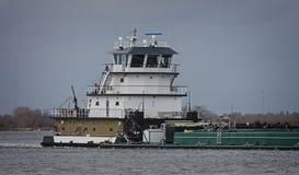 Marin- pushfartyg eller bogserbåtfartyg i floden med pråm Royaltyfri Fotografi