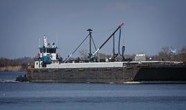 Marin- pushfartyg eller bogserbåtfartyg i floden med pråm Royaltyfri Bild
