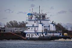 Marin- pushfartyg eller bogserbåtfartyg i floden med pråm Royaltyfri Foto