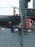 Marin russe s'asseyant près du davier images libres de droits