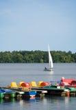 Marin simple sur le lac, jetée avec des pedalos Photo stock