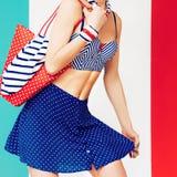 Marin- stil för sommarstrand prickar och band Sommartrend royaltyfria bilder