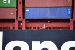 Marin sur un navire porte-conteneurs images libres de droits