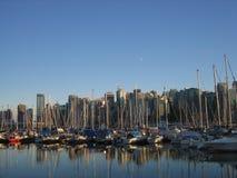 Marina à côté du centre ville Image libre de droits