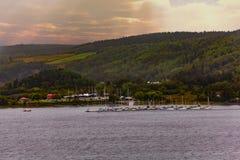 Marina Across der Fluss lizenzfreie stockfotos