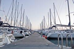 Marina avec des bateaux à voile Photographie stock libre de droits