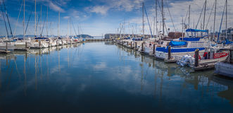 Marina avec des bateaux à voile Photo stock