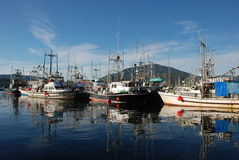 Marina avec des bateaux de pêche Photo libre de droits