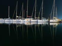 Marina avec les yachts accouplés la nuit Photos stock