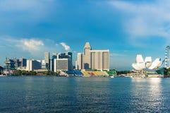 Marina Bay avec la vue du musée et des bâtiments d'ArtScience sur Raffl Photos stock