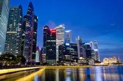 Marina Bay com a skyline do lugar das rifas Foto de Stock