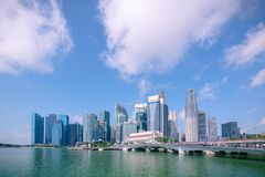Marina Bay e distrito financeiro com construção do negócio do escritório dos arranha-céus imagem de stock royalty free