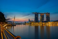 Marina Bay e sabbie SkyPark al crepuscolo Immagine Stock
