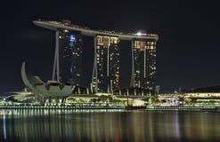 Marina Bay en la noche con el museo de Marina Bay Sands y de ArtScience en el fondo fotos de archivo libres de regalías