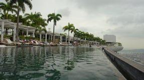 Marina Bay enarena la piscina del infinito del hotel Imagenes de archivo