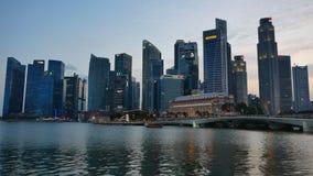 Marina Bay Financial Center i aftonen i Singapore arkivfilmer