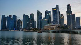 Marina Bay Financial Center nella sera a Singapore stock footage