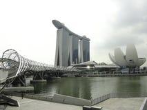 Marina Bay met meest spectaculaire hotelachtergrond in de bewolkte dag in de donkere toon van het beeld Stock Foto