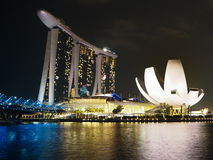 Marina Bay Sand et musée de sciene d'art par nuit Images libres de droits