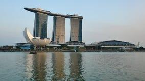 Marina Bay Sands Complex en cruiseboot bij de zonsondergang in Singapore stock footage