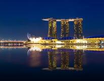 Marina Bay Sands con Lotus Architecture en el tiempo crepuscular Fotografía de archivo