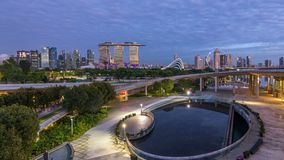 Marina Bay Sands, Gärten durch die Bucht mit Wolkenwald, Blumenhaube und supertrees Nacht zum Tag-timelapse vor Sonnenaufgang stock footage