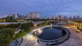 Marina Bay Sands, Gärten durch die Bucht mit Wolkenwald, Blumenhaube und supertrees Nacht zum Tag-timelapse vor Sonnenaufgang stock video