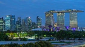 Marina Bay Sands, Gärten durch die Bucht mit Wolkenwald, Blumenhaube und supertrees Nacht zum Tag-timelapse vor Sonnenaufgang stock video footage