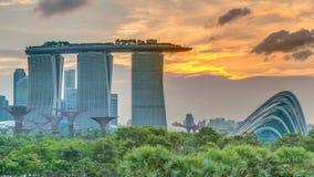 Marina Bay Sands, Gärten durch die Bucht mit Wolkenwald, Blumenhaube und supertrees an Sonnenuntergang timelapse stock footage
