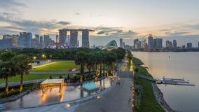 Marina Bay Sands, Gärten durch die Bucht mit Wolkenwald, Blumenhaube und supertrees Tag zum Nacht-timelapse nach Sonnenuntergang stock video