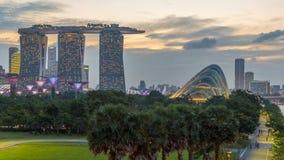 Marina Bay Sands, Gärten durch die Bucht mit Wolkenwald, Blumenhaube und supertrees Tag zum Nacht-timelapse nach Sonnenuntergang stock video footage