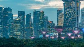 Marina Bay Sands, Gärten durch die Bucht mit Wolkenwald, Blumenhaube und supertrees Tag zum Nacht-timelapse nach Sonnenuntergang stock footage