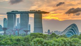 Marina Bay Sands, giardini dalla baia con la foresta della nuvola, la cupola del fiore e i supertrees al timelapse di tramonto stock footage
