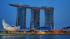 Marina Bay Sands-hotel en ArtScience-Museum dat in de avond wordt verlicht stock video