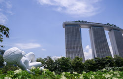 Marina Bay Sands Hotel von den Gärten durch die Bucht lizenzfreie stockbilder