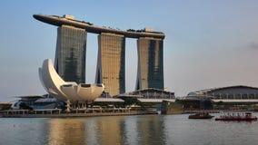 Marina Bay Sands hotell och ArtScience museum i guld- solnedgångljus i Singapore stock video