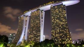 Marina Bay Sands-Nachtbewölktes Zeitversehen Pan oben stock video footage