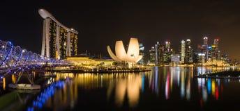 Marina Bay Sands och spiralbro på natten Arkivbilder