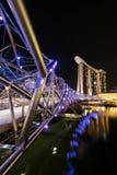 Marina Bay Sands och spiralbro på natten Royaltyfria Bilder
