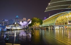 Marina Bay Sands Promenade Event-Plein met Shoppes en Art Science Museum & Louis Vuitton Island Maison op een regenachtige dag stock afbeeldingen