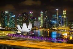 Marina Bay Sands sikt från den Singapore reklambladet på natten i singapore Arkivbild