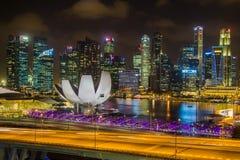 Marina Bay Sands sikt från den Singapore reklambladet på natten i singapore Fotografering för Bildbyråer